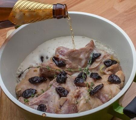 1. Этап. В кастрюлю выложите слоями кролика, чернослив и лук. Посолите и поперчите по вкусу, полейте соком лимона и выложите тимьян, залейте все пивом.