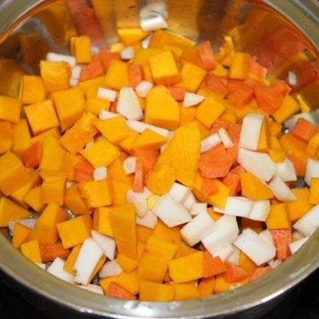 1. Этап. К луку добавьте нарезанную кубиками тыкву, морковь и корень сельдерея. Обжарьте в течении 5 минут.