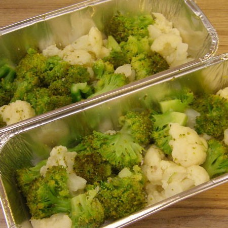 1. Stage. Disassemble broccoli and cauliflower into inflorescences and boil in salted water, then immediately rinse under cold water to maintain texture. Cook cauliflower for about 10 minutes, and broccoli for 2-3 minutes. Transfer equal amounts of cabbage to the baking dish.