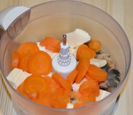 1. Stage. Peel and chop the carrots, put them in a blender with herring, add soft butter and cheese.