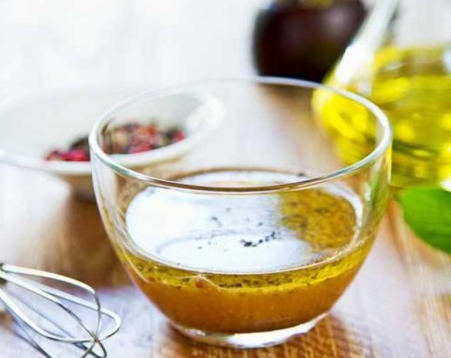 1. Этап. В банке смешайте уксус, горчицу и масло и приправьте солью и перцем.