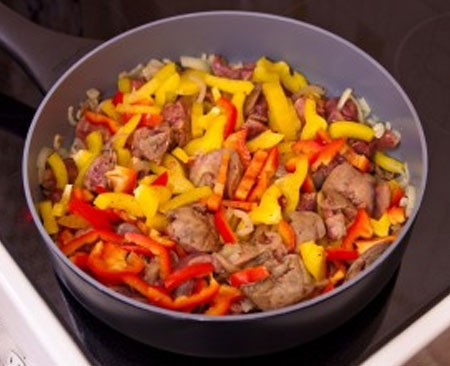 1. Stage. Add sweet pepper, salt and pepper to taste. Cover and simmer for about 20 minutes.
