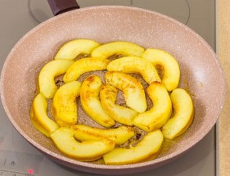 1. Stage. Cut the quince in half, remove the core and cut into slices. Fry on both sides in butter for 3 minutes.