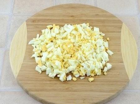 1. Этап. Яйца очистите от скорлупы нарежьте не слишком крупно.