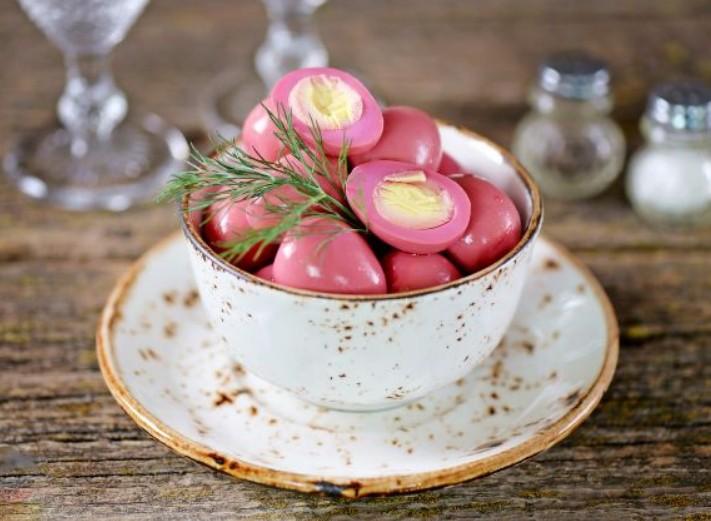 1. Этап. Яйца вытащите из маринада и подавайте.