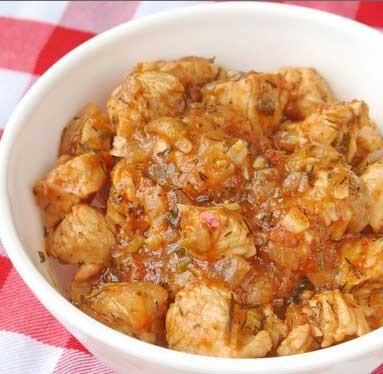 1. Этап. Индейку перемешать в томатном соусе и добавить сахар и отложите в сторону.