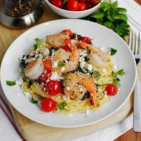 1. Этап. Добавьте шпинат, помидоры и готовые креветки. Готовьте до мягкости шпината. Выключите огонь, выложите в сковороду приготовленное спагетти и все обильно перемешайте. Разложите <strong>средиземноморскую сковороду</strong> по тарелкам и сверху выложите кусочки сыра,базилик и посыпьте перцем.