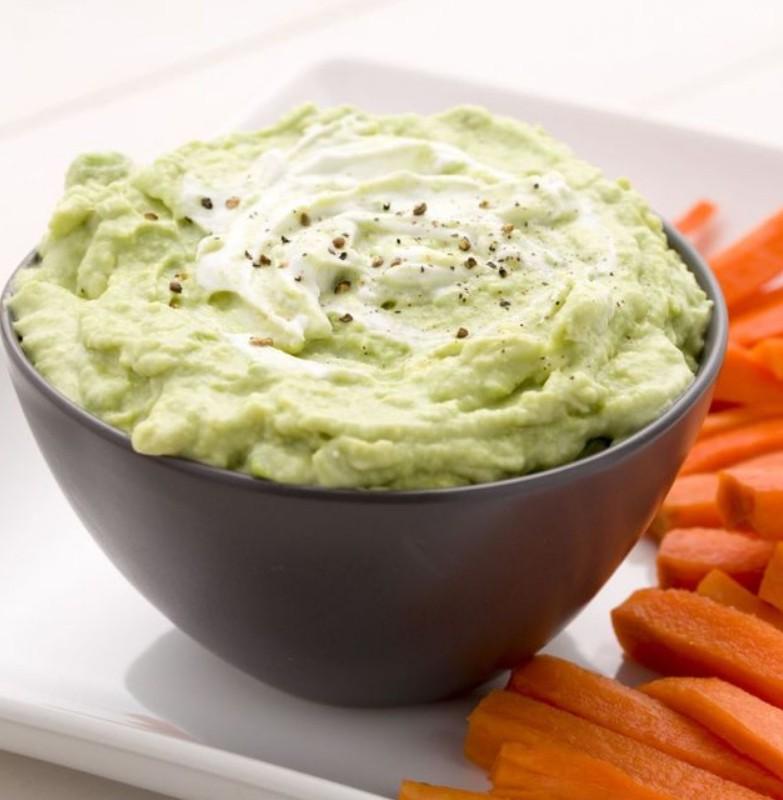 1. Этап. Добавьте йогурт, чеснок пропущенный через пресс и сок лайма, обильно приправьте солью и перцем. Подавайте с чипсами.