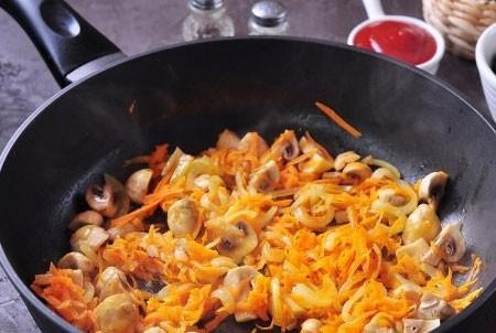1. Этап. Лук нарежьте полукольцами, морковь натрите на крупной терке и обжарьте до мягкости на растительном масле, затем добавьте нарезанные шампиньоны и обжарьте еще в течении 5 минут.