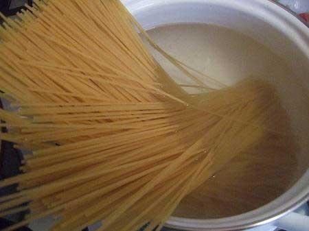 1. Этап. За кипятите в большой кастрюле воду и сварите спагетти.<strong> </strong>Смешайте бульон с крахмалом.