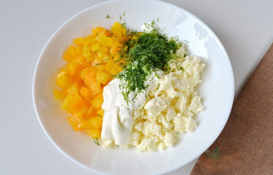 1. Stage. In a separate bowl, mix chopped pepper, dill, mash the feta cheese with a fork, add sour cream, salt and pepper to taste. Mix well.