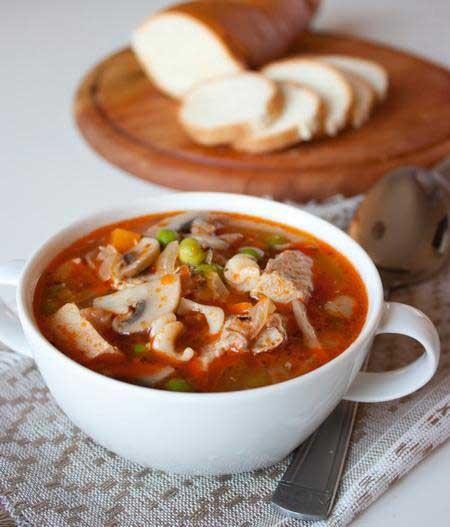 1. Этап. В горячий бульон кладем обжаренные овощи и грибы, добавляем горошек. Даем закипеть и варим около 6 минут. Возвращаем в кастрюлю мясо, прогреваем <strong>суп из свинины с грибами </strong>в течение 3 минут и снимаем с огня.