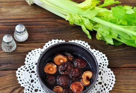 1. Этап. Сушенные грибы залейте горячей водой и оставьте на 15 минут набухать.