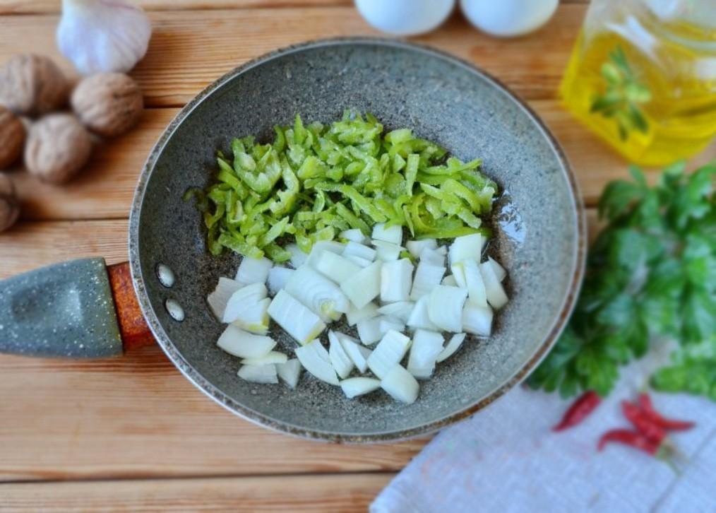 1. Этап. Лук и перец нарежьте небольшими кубиками и обжарьте на растительном масле до готовности.