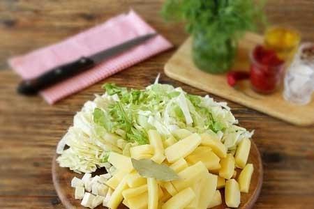 1. Этап. Ингредиенты рассчитаны на 1,5-2 л. воды. Картофель, сельдерей нарежьте кубиками, капусту нашинкуйте. Поместите картофель, сельдерей и лавровый лист в кипящую воду, дайте покипеть минут 5, после чего добавьте капусту и варите до готовности овощей.