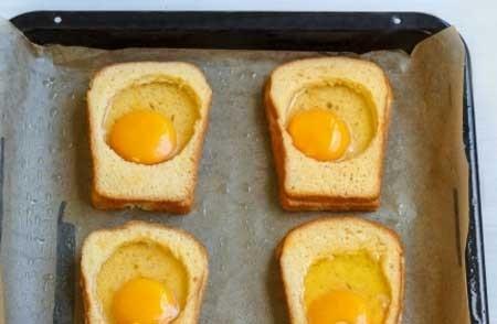 1. Этап. В каждую гренку вбейте по яйцу. Посолите и поперчите немного.