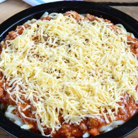 1. Этап. На полученную массу выложите мясную начинку и посыпьте оставшимся сыром. Запекайте при 200 градусах 20 минут.