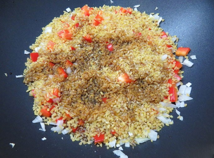 1. Stage. Put washed bulgur on vegetables and pour in soy sauce. In addition to salt, do not need enough soy sauce.