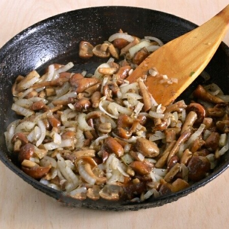 1. Stage. Boil the mushrooms a little, chop the onion coarsely, finely chop the garlic and fry together with honey mushrooms in vegetable oil, season to taste.