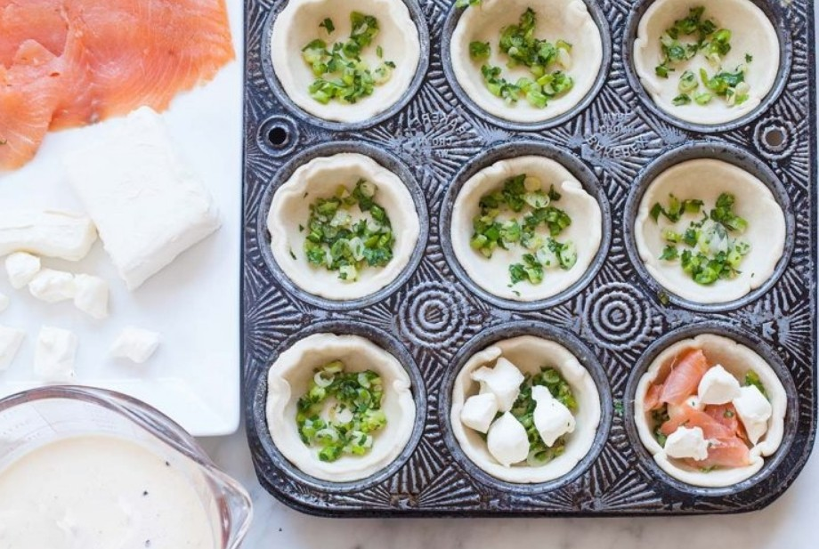 1. Этап. В каждую корзинку для начала положите зелень, затем кусочки лосося и сливочный сыр, залейте взбитыми яйцами со сливками. Выпекайте при 200 градусах 20-30 минут в зависимости от духовки.