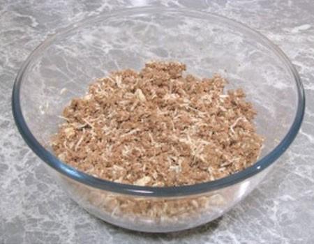 1. Этап. Печень с луком пропустите через мясорубку с мелкой насадкой. Яйца натрите на мелкой терке и добавьте к печени, все хорошо перемешайте и по необходимости добавьте соль и специи.