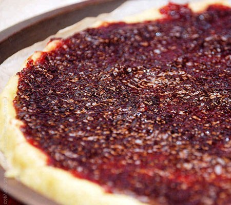 1. Stage. Add the remaining flour to a smaller part of the dough and knead well, put in the freezer. Roll out a large piece of dough to the size of the baking dish and brush with jam.