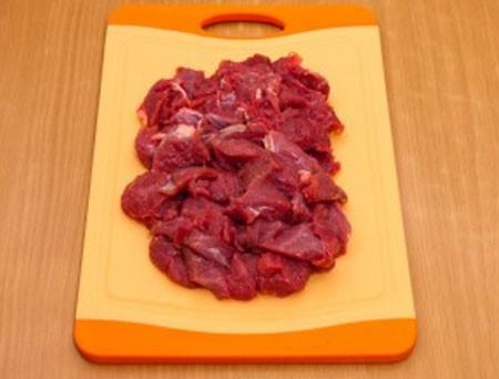 1. Этап. Мясо нарежьте на средние кусочки. Выложите в форму для запекания смазанную растительным маслом.