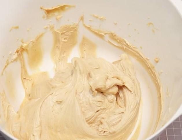 1. Этап. Для крема взбейте мягкое масло, сахарную пудру и арахисовое масло. Взбивайте в течении 5 минут.