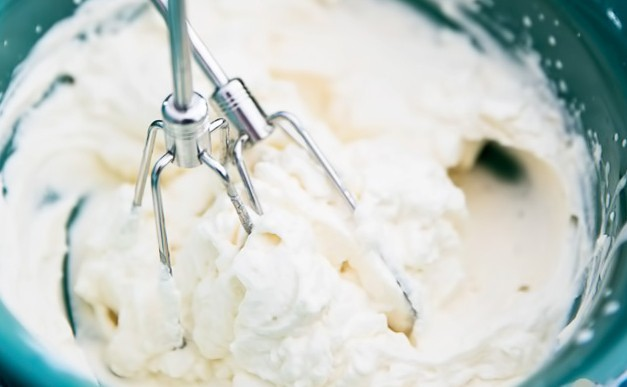 1. Stage. Whip cream with powdered sugar until fluffy.