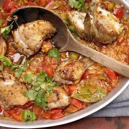 1. Этап. После добавьте нарезанные оливки и петрушку, поставьте уже в выключенную горячую духовку еще на 5 минут.