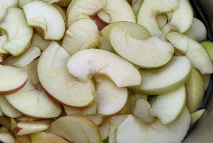 1. Этап. У яблок удалите сердцевину и нарежьте дольками.