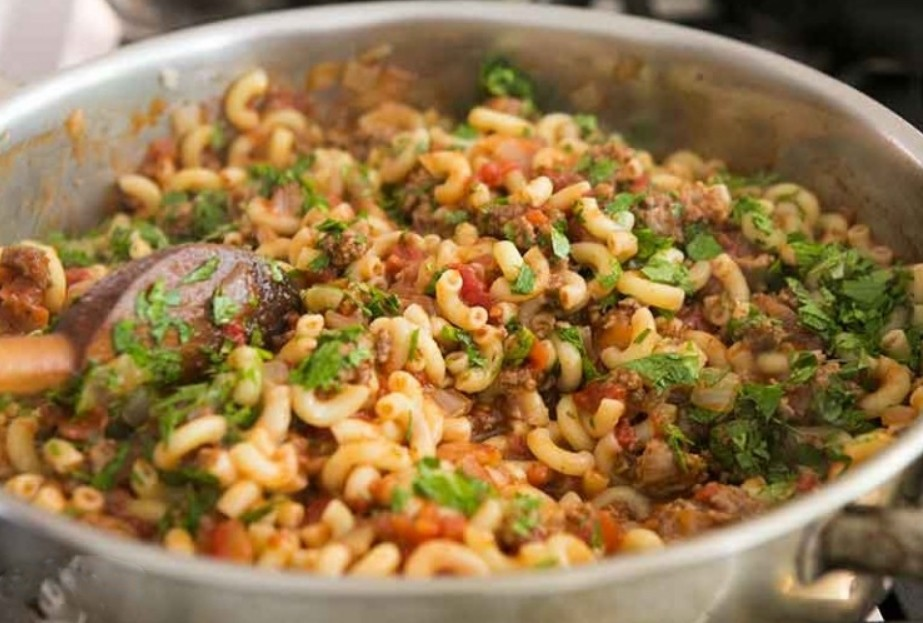 1. Stage. Add the minced meat to the pasta together with finely chopped parsley and mix well, warm for a minute and you can serve. Bon Appetit!!!