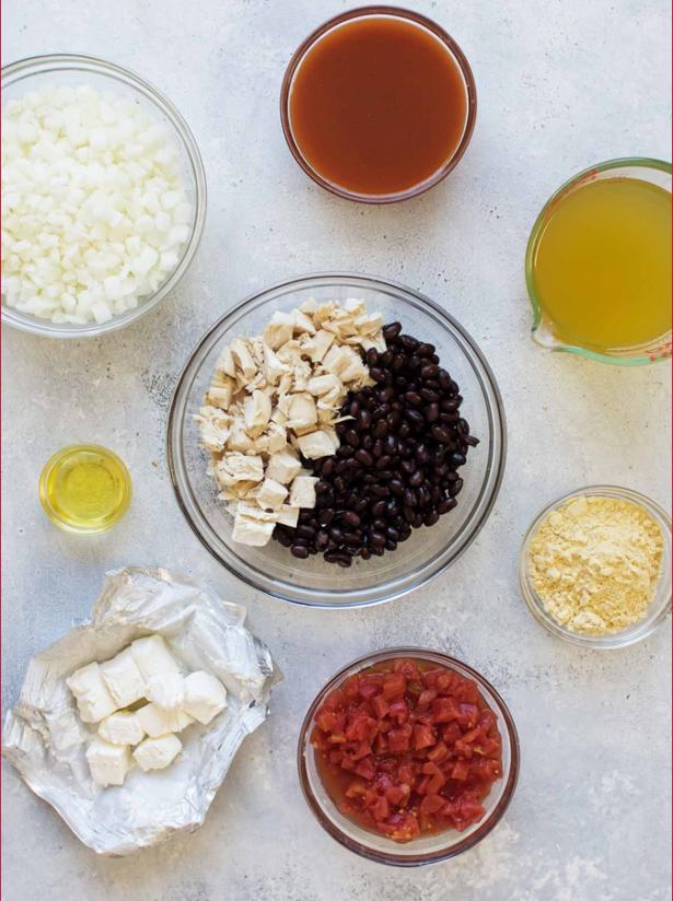 1. Етап. Нагрійте оливкову олію на середньому вогні у великій каструлі. Додайте цибулю і варіть їх чотири-п'ять хвилин або поки вони не почнуть розм'якшуватися.