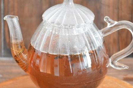1. Этап. Отвар процедите и запарьте в нем листовой чай.