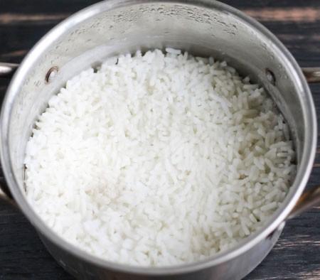 1. Этап. Рис залейте водой в соотношении 1:3, варите на среднем огне под крышкой 10 минут, затем снимите с огня и дайте постоять что бы рис пропарился.