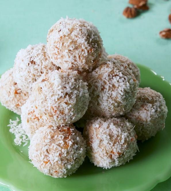 1. Этап. Скатайте в 16 шариков, затем обваляйте в тертой кокосовой стружке и подавайте.