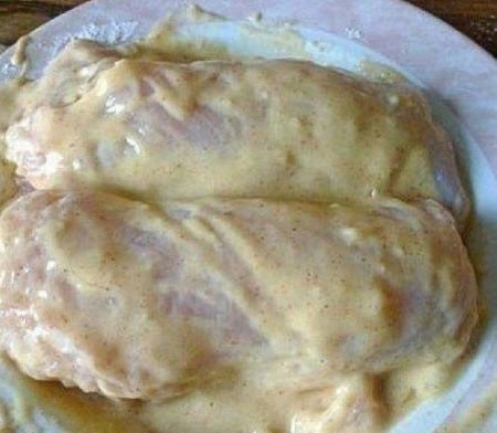 1. Stage. Make a dough of medium density from eggs, flour and ground pepper, very well moisten the breast in batter.
