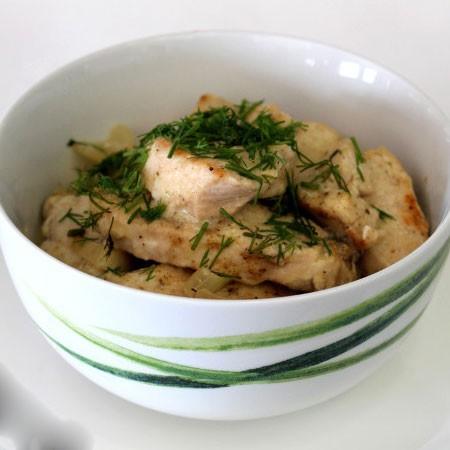 1. Этап. В сковороду добавьте воду, сметану, соль и перец по вкусу, накройте крышкой и тушите на медленном огне 15 минут. Перед подачей посыпьте рубленной зеленью.