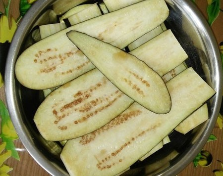 1. Stage. Wash and cut the eggplant into thin slices. Salt and leave for 30 minutes, drain the liquid and wipe with paper towels to remove excess moisture.