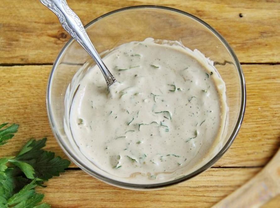 1. Этап. Для маринада смешайте майонез, соевый соус, мелко нарезанную петрушку, соль и специи по вкусу.