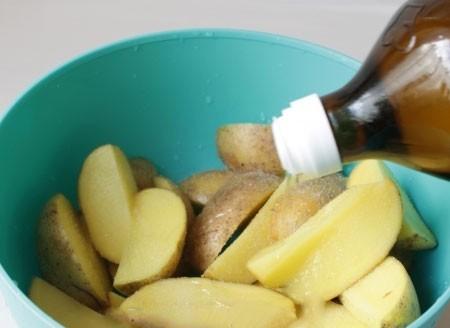 1. Этап. Картофель лучше брать молодой, но это конечно зависит от сезона. Если у вас молодой картофель тогда просто его вымойте и нарежьте на дольки. Если старый тогда очистите и так же нарежьте на дольки. Посолите и поперчите по вкусу и смажьте растительным маслом.