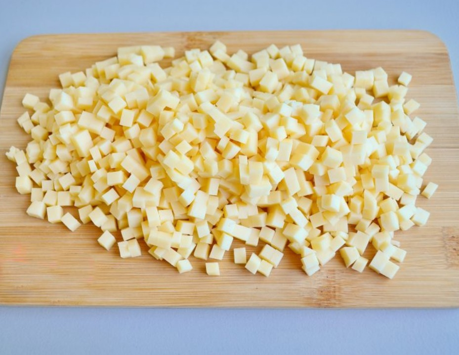 1. Этап. Сыр нарежьте на мелкие кубики.