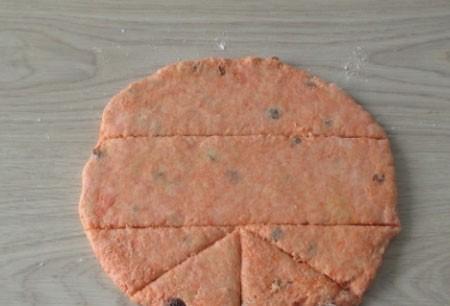 1. Этап. После добавьте изюм и снова перемешайте. Готовое тесто раскатайте толщиной примерно в 1 см и нарежьте любой формой.