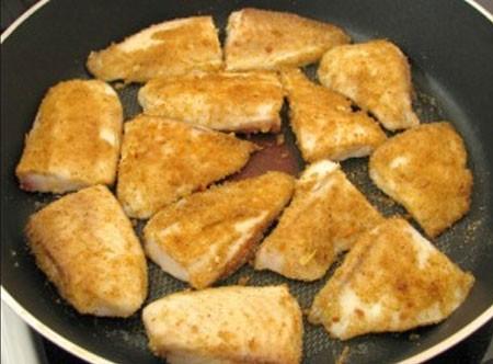 1. Этап. Обжарьте рыбу на растительном масле с обеих сторон в течении примерно 5 минут с каждой стороны.
