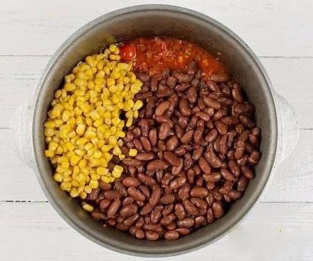 1. Этап. Добавьте кукурузу. Хорошо перемешайте.