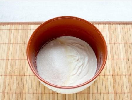 1. Этап. Когда шоколадный слой немного застынет приступаем к приготовлению второго. Сметану смешайте с сахаром и ванилью, взбейте миксером до растворения сахара.