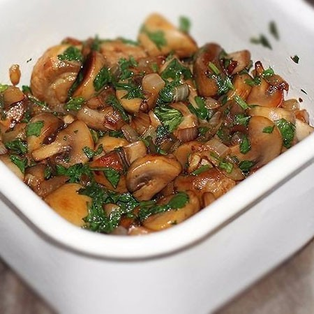 1. Stage. Put the mushrooms on a plate and sprinkle with cilantro. Mix well and let it brew for several hours.