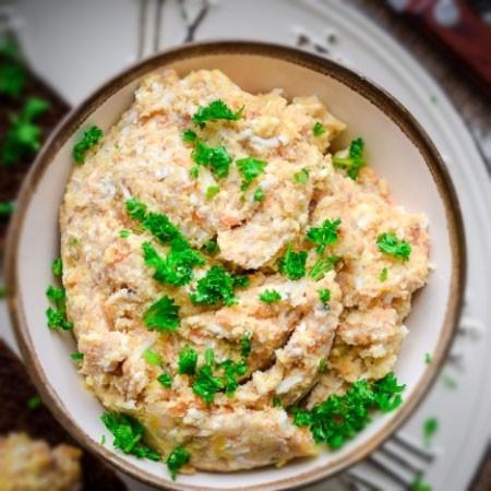 5. Этап. Гусь с картошкой в духовке получается ароматным, сочным и нежным, а картофель просто тает во рту, он пропитан соком мяса и маринада. Такое блюдо готовить очень просто, оно отлично подойдет для всей семьи на любой праздник или просто для сытного ужина. Подавайте с квашенными или свежими овощами, а также с любимыми соусами или горчицей. Чем дольше мясо будет мариноваться тем сочное и ароматней оно будет.
