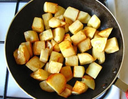 1. Этап. Картофель очистите и нарежьте кубиками, обжарьте на растительном масле до румяного цвета. Картофель переложите в миску.