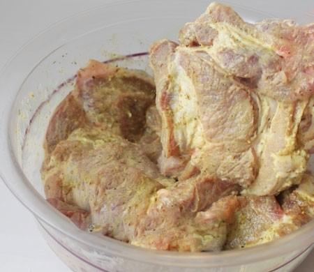 1. Этап. Перемешайте свинину майонезом с вашими любимыми специями, посолите по вкусу, накройте крышкой и поставьте в холодильник на ночь или хотя бы на 5 часов.